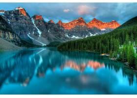 安静的湖与雪山美景