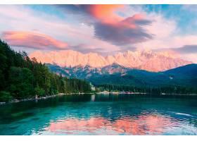 雪山与池塘晚霞美景