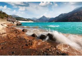 山与海浪美景
