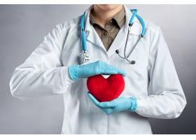 医生手中的红心摄影