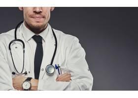 戴着听诊器的男医生