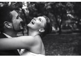 幸福的情侣黑白婚纱照