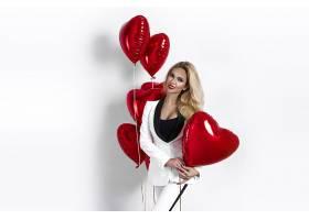 拿心形的红色气球美女
