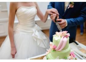 切婚礼蛋糕的情侣