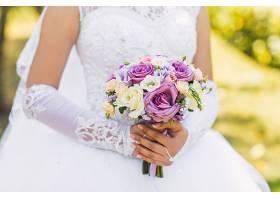 结婚礼服和手捧花