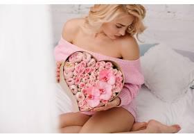 抱着鲜花的美女