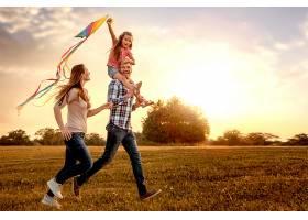 幸福家人一起放风筝