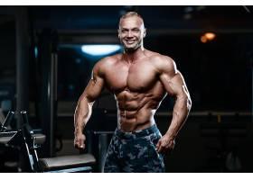 健身房的肌肉男