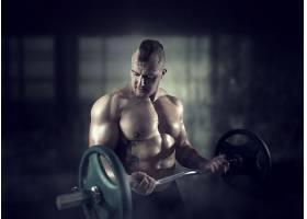 练杠铃的健身男人