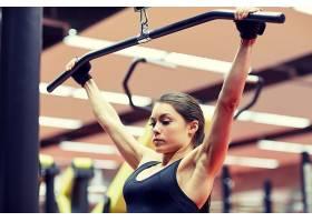 练臂力的健身女人