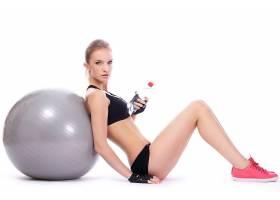 靠在健身球上的女人