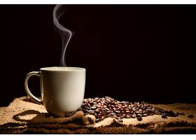 咖啡豆与热咖啡