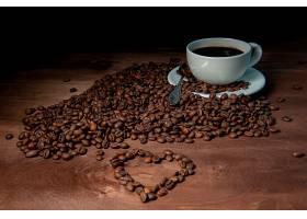 心形图案与黑咖啡