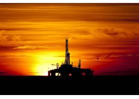 黄昏下的石油机器