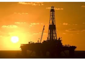 日落与海上采矿机