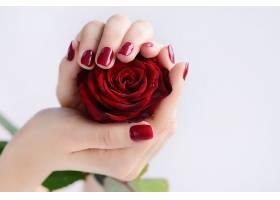 拿着鲜花的女性手