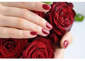 漂亮玫瑰花与女性手