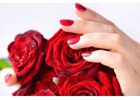 鲜花与女性手