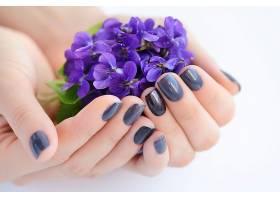 双手捧着紫色花