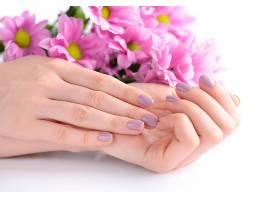 双手与粉色鲜花