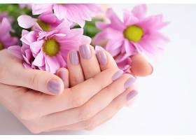 捧着鲜花的手