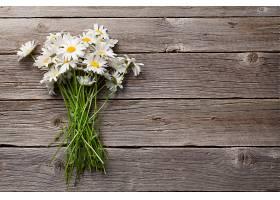 木板背景与一把白菊花