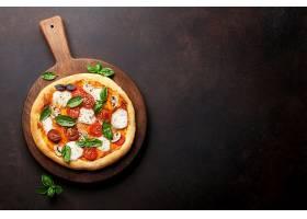 黑色背景与比萨