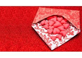 红色背景与爱心信件