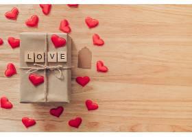 木板上爱心与礼物盒