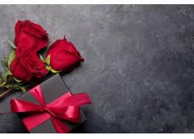 红丝带礼物与红玫瑰