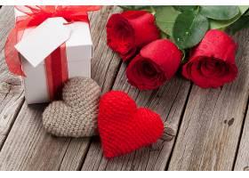 爱心摆件与玫瑰花礼物