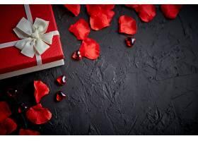 爱心与花瓣礼盒