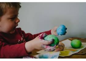 外国小孩制作彩蛋