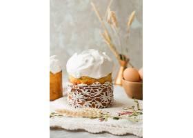 奶油杯子蛋糕与彩蛋