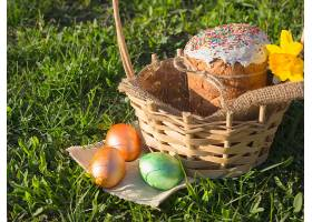 草地上蛋糕与彩蛋