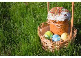 草地上一篮蛋糕与彩蛋