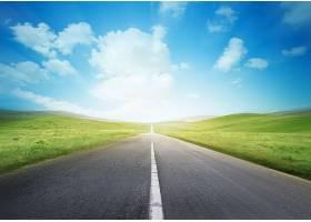 笔直的公路与蓝天白云
