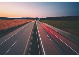黄昏的高速公路
