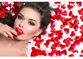 红色心形背景与欧美美女