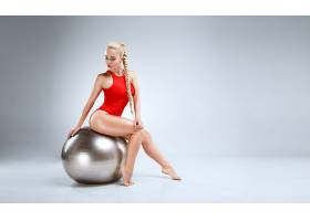 瑜伽球与性感美女