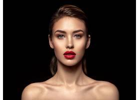 黑色背景与红唇女人