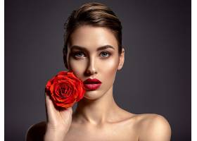 精致妆容的女子