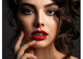 精致妆容的女性