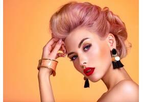 橙色背景与精致妆容的美女
