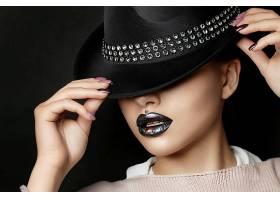 戴帽子的美妆女人