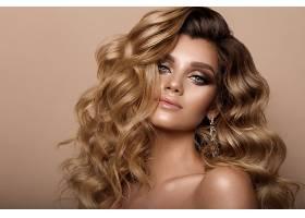 优雅卷发的欧美性感女人