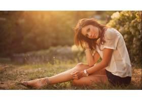 人,美女,黑发,坐在,上衣,短裙,腿,户外的女人,软梯度,手表,人造灯图片