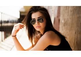 人,黑发,黥,美女,模特,长发,黑色的衣服,墨镜,户外的女人,壁,阳光图片