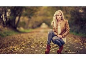 人,美女,金发,牛仔裤,户外的女人,在户外,秋季,树叶,跪69942