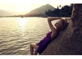 人,在头上的手,户外的女人,金发,闭着眼睛,湖,山,紫色礼服,美女28